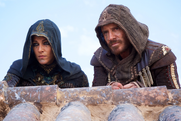 assassins-creed-movie-callum-aguilar-on-rooftop