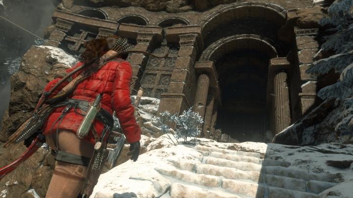 rise-of-the-tomb-raider-lara-at-temple-entrance