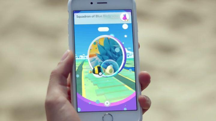 pokemon-go-video-girl-on-beach-holding-phone